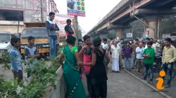 Girls Fight on The Road of India - Live Video of Girls Street Fight